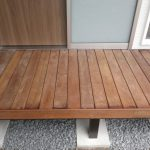 新築 外構工事 天然木 の デッキ で玄関までのやさしい動線
