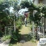 アプローチ工事 自然石 と 人工芝 の おしゃれ なバラ庭園