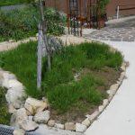 雑草対策工事 スギゴケ と サビ砂利 の おしゃれ な お庭