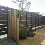 天然芝 と 木目調 フェンス の お庭