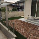 レンガと人工芝で防草対策をしたお庭