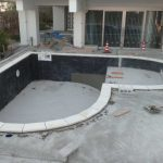 ハート形のプールを施工中