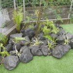 外構工事 溶岩石 と 人工芝 の コラボレーション
