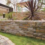 天然石の壁貼り材で温もりと高級感を演出。