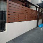 横板フェンスとシックな舗装材